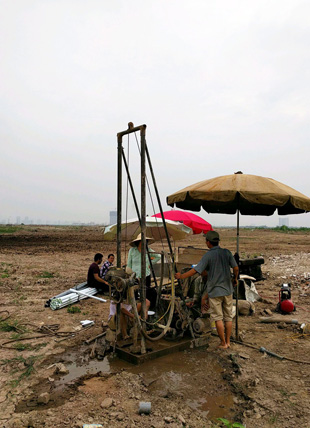 Drilling a well for groundwater near Hanoi, Vietnam. Photo: Ben Bostick